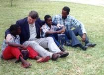 Statsminister Bondevik i samtale med guttene